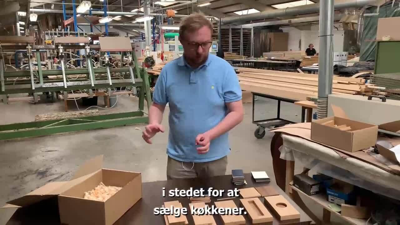 lille-Snedkerkasse-16x9-pause