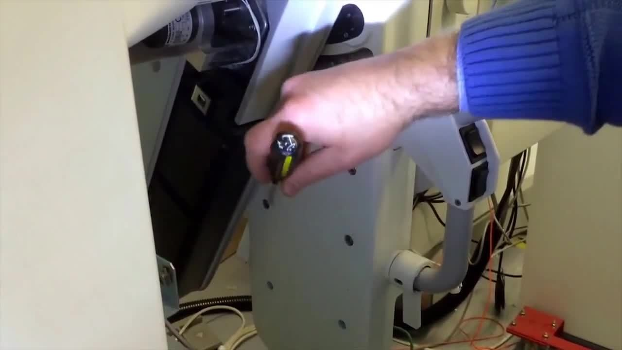 How to Rotate a GE Senographe 2000D Gantry Without Power