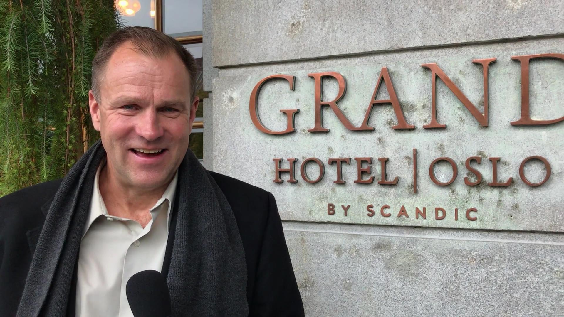Vegard foran Grand Hotel-1